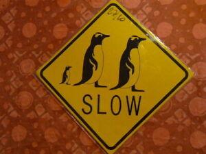 PLAQUES-PUBLICITAIRE-Panneau-routier-tolee-traversee-de-pingouin
