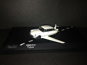 Citroen-DS-19-Fantomas-Figur-Moviecar-Filmauto-VROOM-Factory-Built-1-43