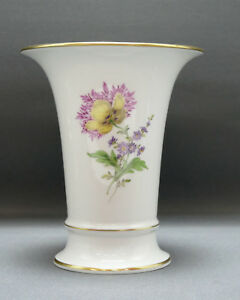 Meissen-Porzellan-Trompetenvase-Neuer-Ausschnitt-Blumen-Goldrand-16-5-cm