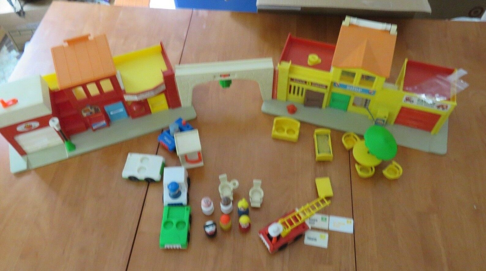 Vintage 1973 Fisher Price Little People Play Family Village