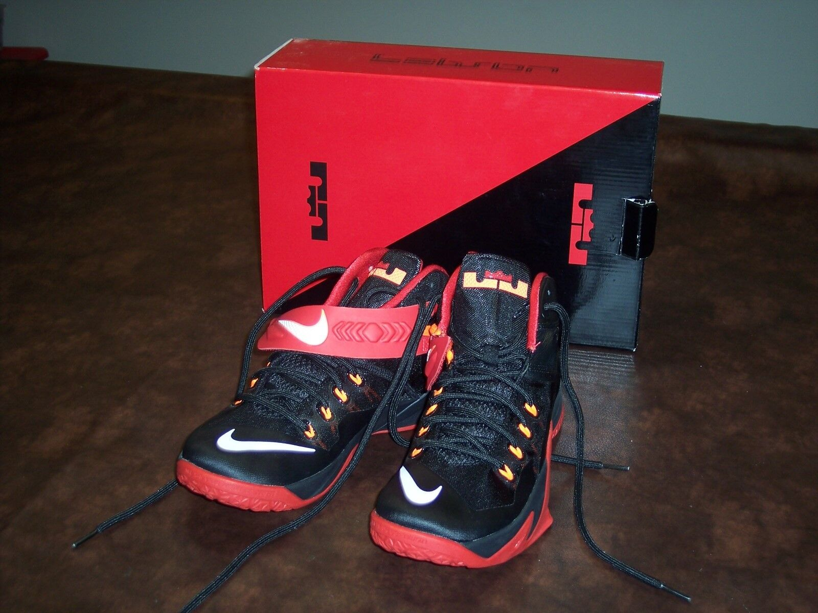 NIKE - ZOOM SOLDIER VIII - rouge AND noir - MENS - 8 MENS USA - 7 UK - NEW