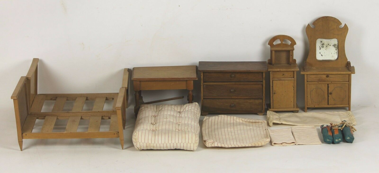 SET OF FURNITURE AND ACCESSORIES DOLLHOUSE. XIX CENTURY.