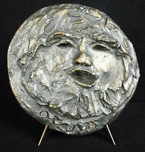 Escultura-bajo-alivio-en-medallon-retrato-hombre-barba-en-yeso-firmado-Otero
