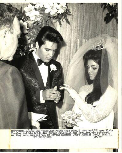 ELVIS PRESLEY & PRISCILLA WEDDING DAY ORIGINAL WIRE PHOTO 1967 RING CEREMONY