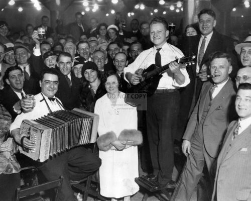 REVELERS CELEBRATE THE END OF PROHIBITION IN 1933-8X10 PHOTO EE-123