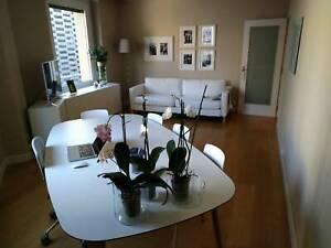 Detalles de Lote de muebles, mesa comedor, sillas, televisor, sofá cama,  lámpara, cama doble