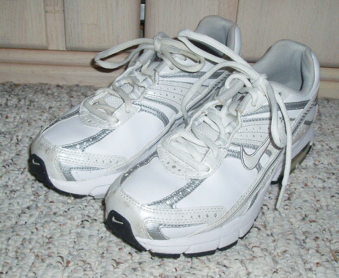 NIKE Fierce Maxair Athletic Sneakers shoesWhite with SilverSize US 6.5, UK4