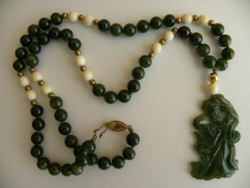 A FINE QUALITY MOSS GREEN JADE BEADS NECKLACE W/ A
