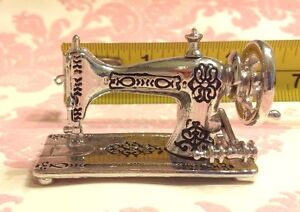 Dollhouse-Miniature-1-12-Vintage-Silver-Metal-Sewing-Machine