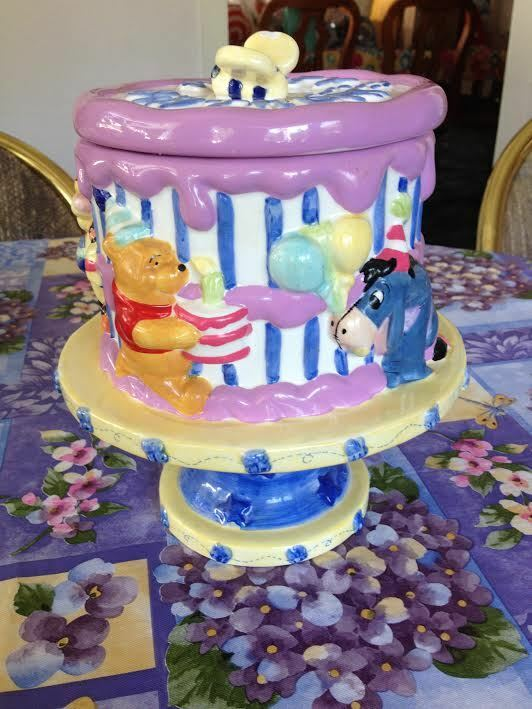 Winnie l'Ourson Porcinet Bourriquet en Céramique Happy Birthday Cake dish Cookie Jar NEUF