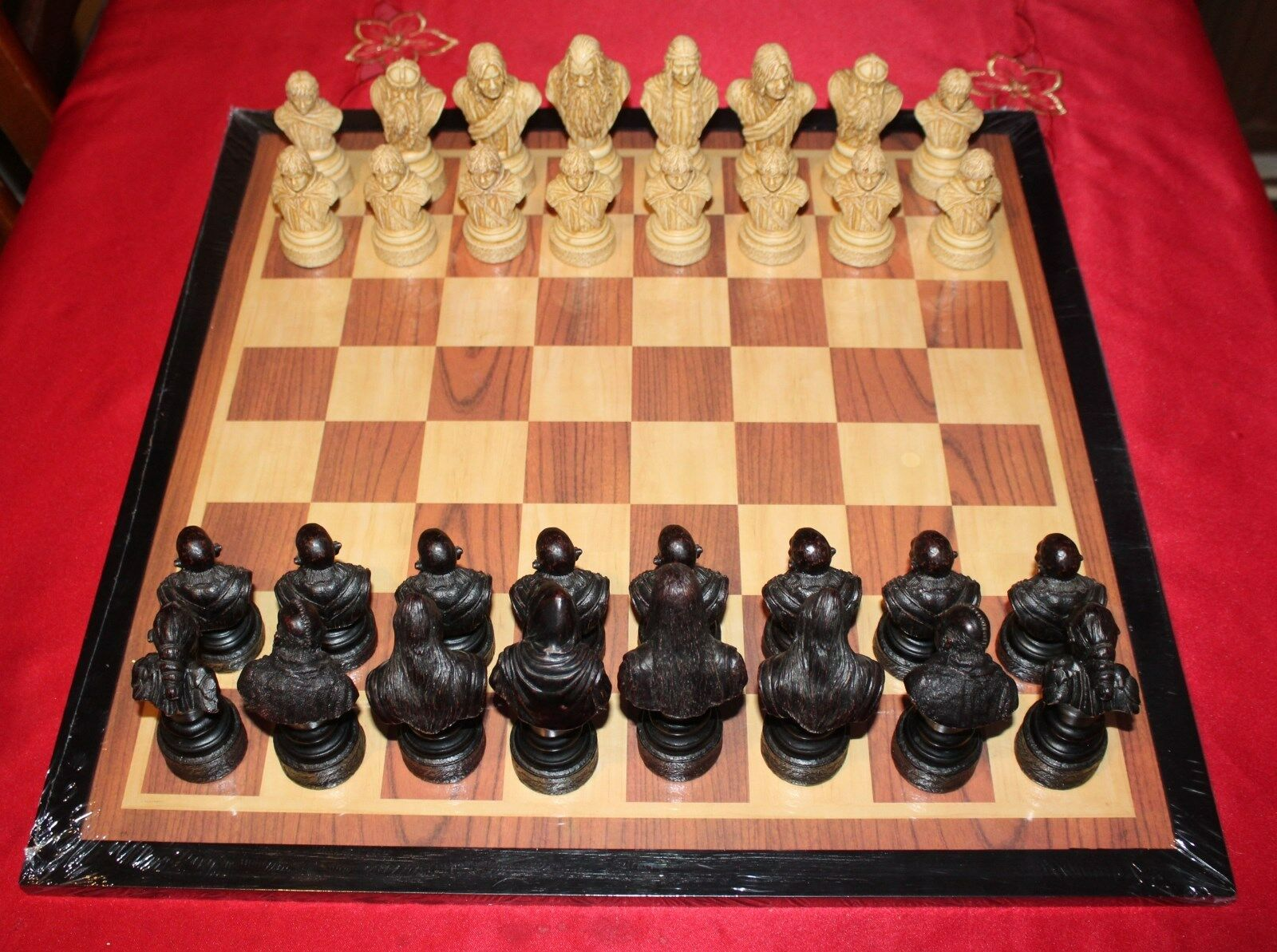 Studio Anne Carlton  The Lord of The Rings Chess Set with NEW Wooden Board