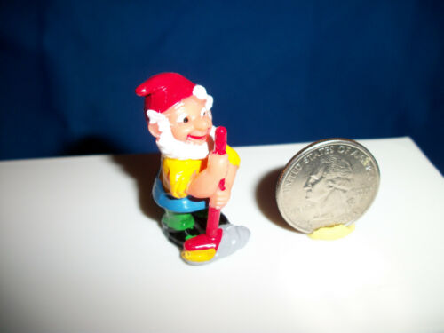 GARDEN GNOME Sweeping a Broom SPRING CLEANING Plastic Figurine Kinder Surprise