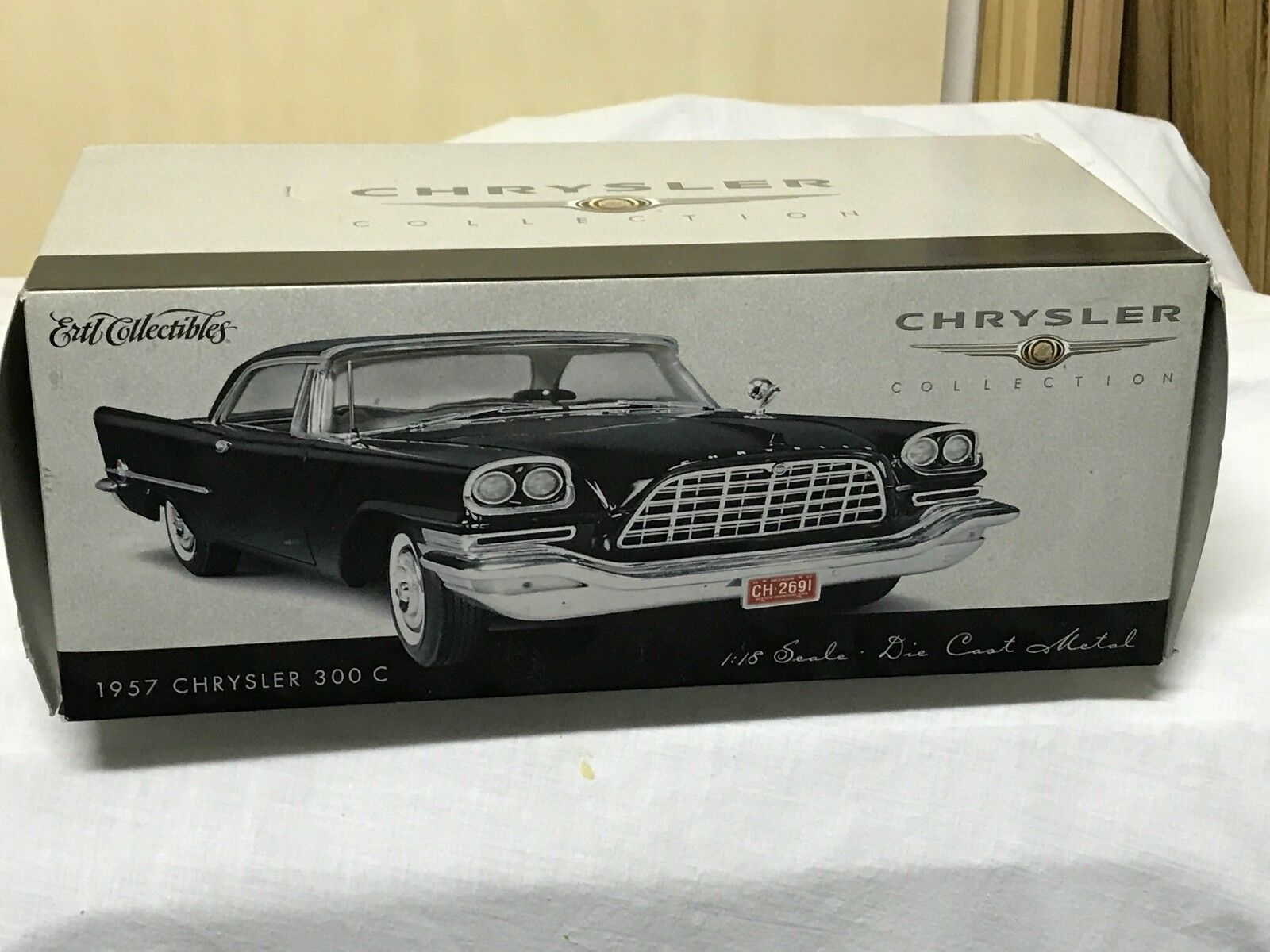 1 18 - ERTL-Chrysler 300 C 1957 -