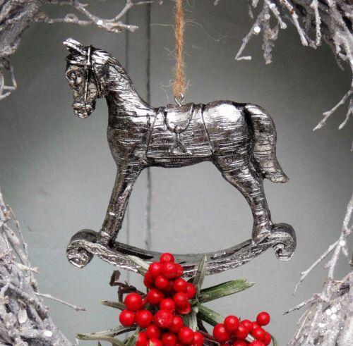 Deko Schaukelpferd zum Hängen Nostalgie Polyresin Silberfarben Shabby 9x9 cm