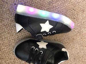 Nouveau-BN-Kids-Light-Up-Baskets-Garcons-Filles-Noir-Clignotant-UE-25-uk-8-Infant-Chaussure