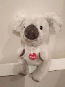 Koalabaer-Trudi-weissgrau-Marke-am-Koerper