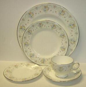 Wedgwood-PIMPERNEL-White-flowers-5-piece-place-setting-bone-china