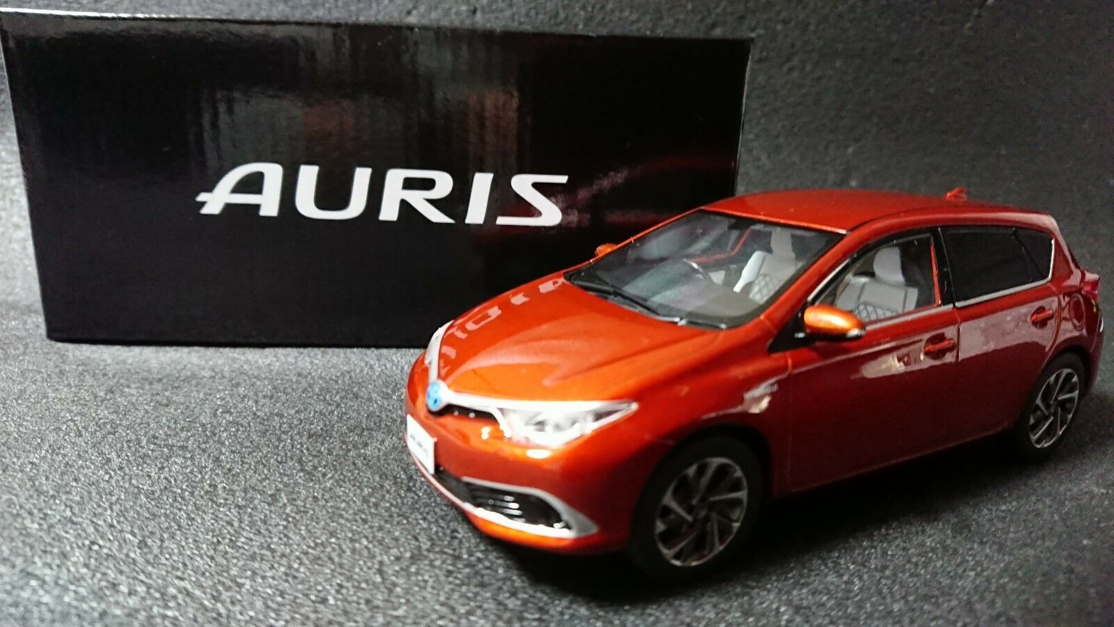 Toyota Auris vitrine afficher les objets Orange métallique non vendus dans les boutiques