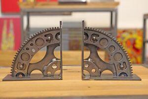 Buchstuetzen-Upcycling-Handmade-Buchstaender-Industriedesign-Stahl-Buecherstuetzen