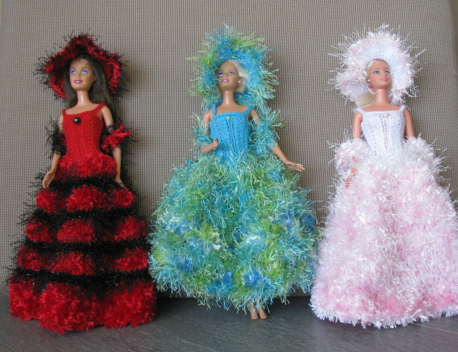 3 robes de poupée barbie modèles uniques fait main made in France chapeau boa 40