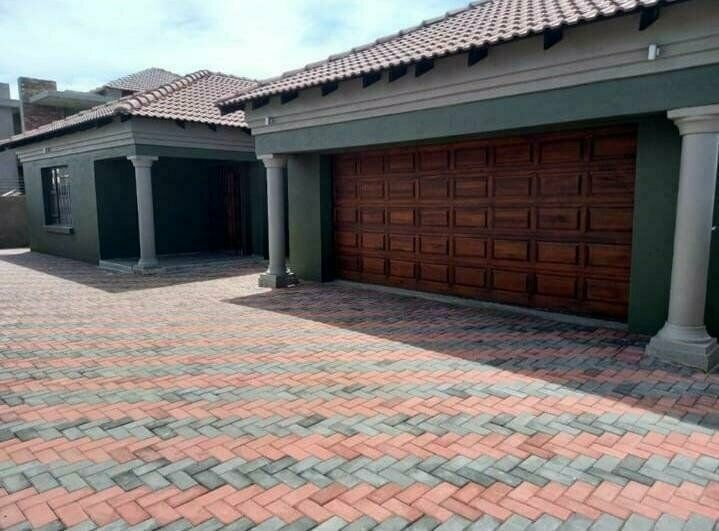 4 Bedroom house in Aerorand For Sale