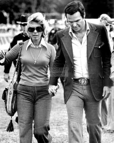 BURT REYNOLDS WALKING WITH CLOSE FRIEND DINAH SHORE RT213 8X10 PHOTO
