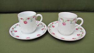 Deux-tasses-et-soucoupes-en-porcelaine-motif-roses