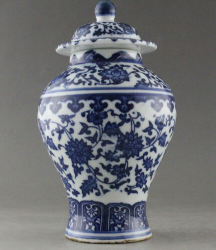 Fine Chinese hand-painted flowers blue and white porcelain vase /& lid