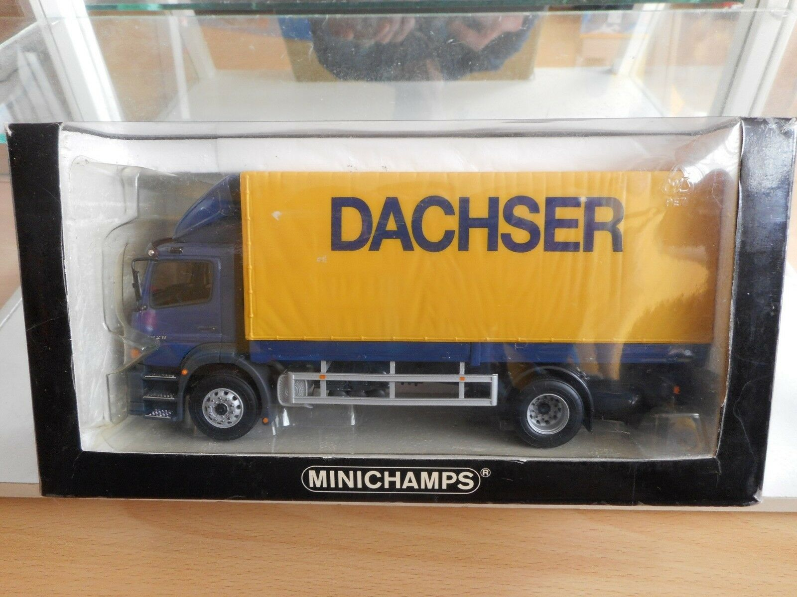 Minichamps Mercedes Atego  Dachser  in bluee Yellow on 1 43 in Box
