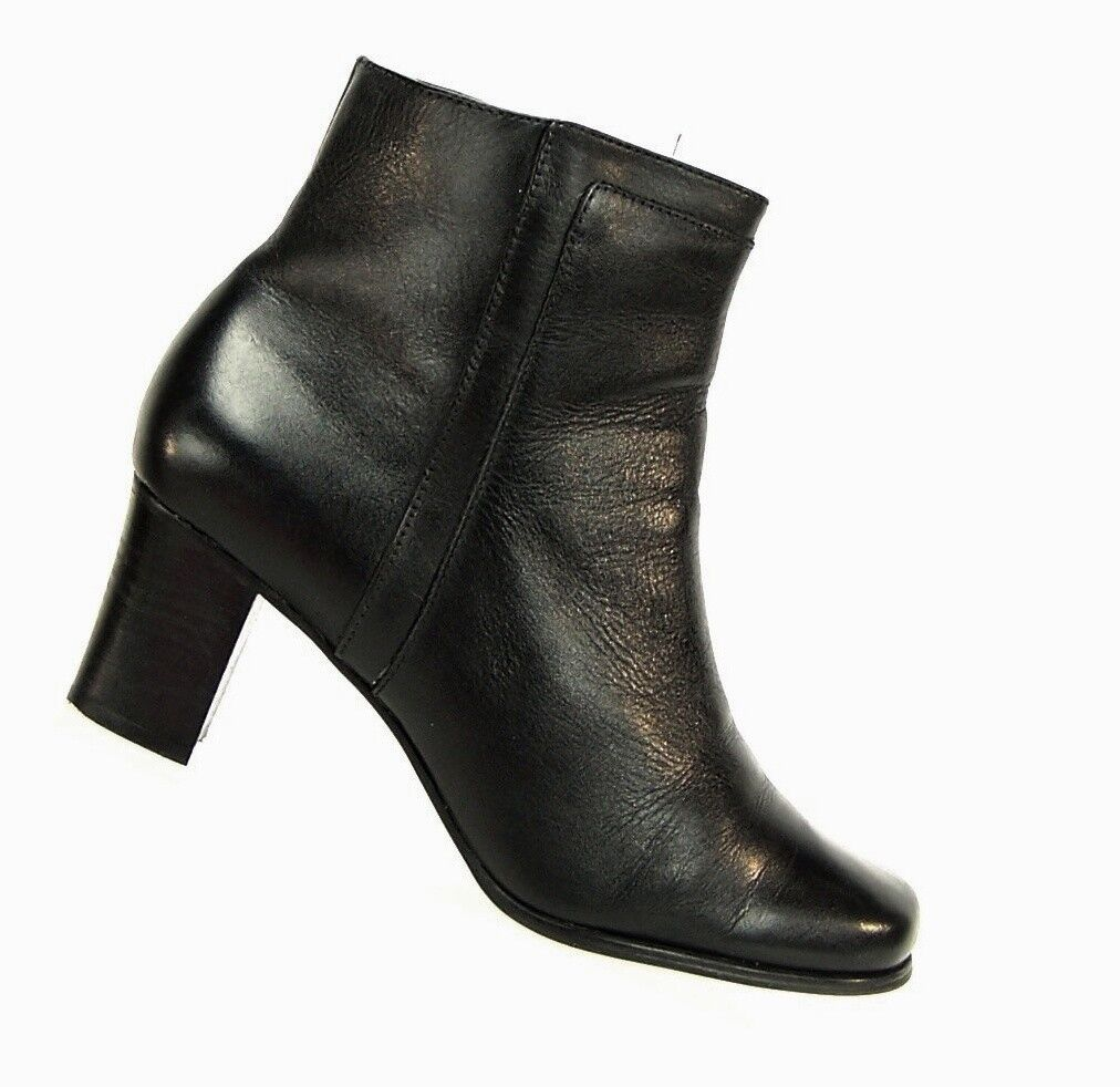 ST. JOHN'S BAY Black GENUINE Leather Women's Size 9.5 Ankle Boots