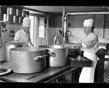 LA CROIX-VALMER (83) CUISINIER au travail en cuisine de l'AERIUM de SYLVABELLE