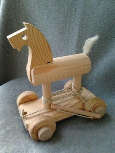 Verschiedene Holzspielzeuge aus Auflösung einer kleinen Spielzeugmanufaktur Nachziehtiere