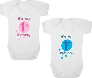 Actif Il Est Mon 1st Anniversaire Bébé Body/croissance/gilet/sommeil Costume, Cadeau D'anniversaire/présent-vest/sleep Suit, Birthday Gift/present Fr-fr Afficher Le Titre D'origine