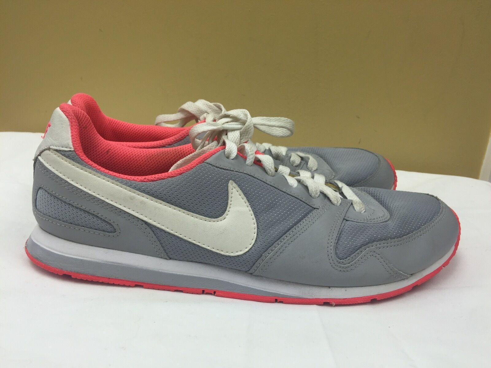 Nike Women fashion shoes gray/pink , 386199-016 size  9.5 pre-owned