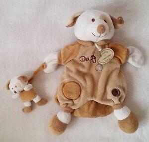 Doudou-marionnette-Chien-Daffy-et-bebe-marron-blanc-DOUDOU-ET-COMPAGNIE