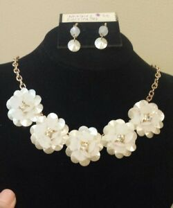 "Adjusts To 20"" Pleasant To The Palate Rapture Brand New Goldtone Pearlescent 5-flower Necklace & Earring Set Fashion Jewelry"