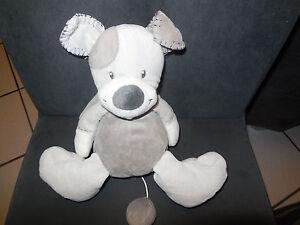 doudou-peluche-musical-chien-gris-beige-NATTOU-DOUKIDOU-JOLLYMEX-22cm-assis