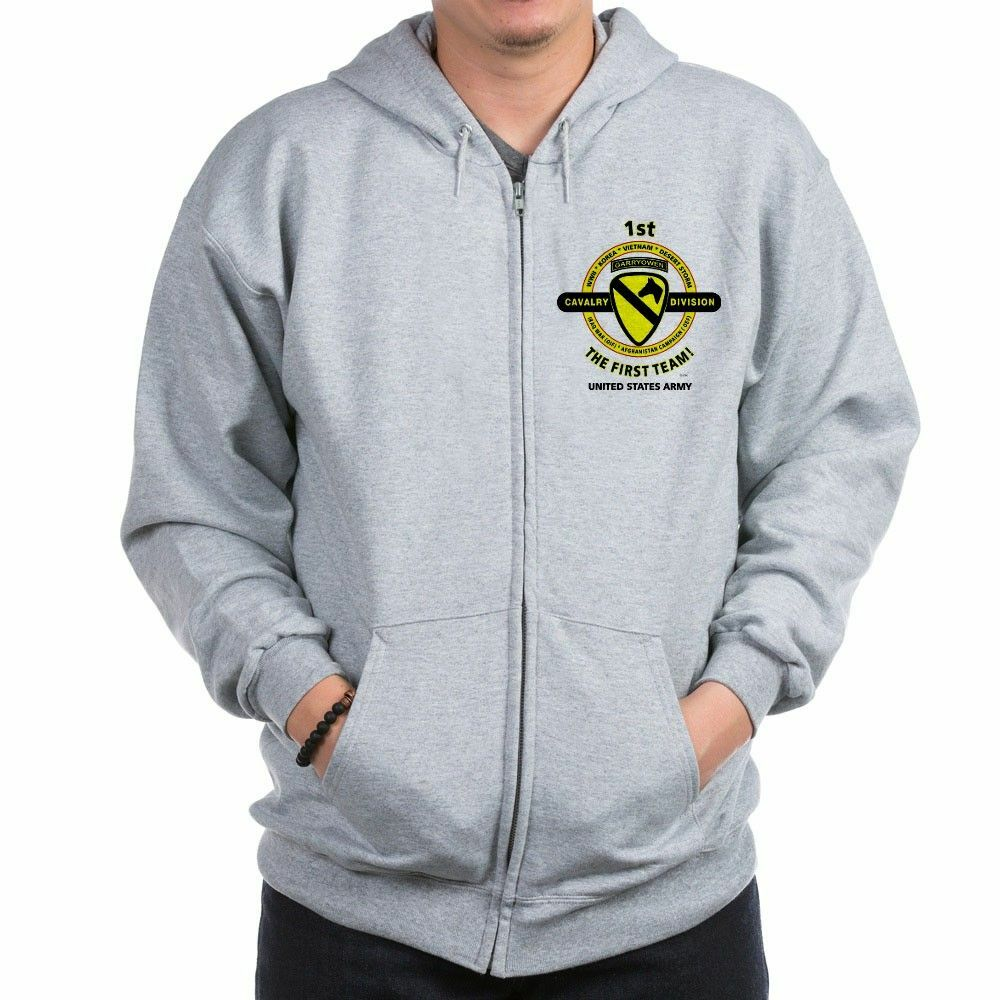 "1ST CAVALRY DIVISION  "" THE FIRST TEAM ""CAMPAIGN LEFT CHEST ZIPPER HOODIE  Entrega gratuita y rápida disponible."