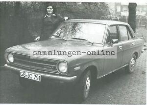 DATSUN-mit-Dame-Foto-Auto-Automobile-Fotografie-Pressefoto-Photograph