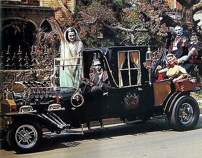 MUNSTERS TV SHOW SPECIAL    8X10 PHOTO