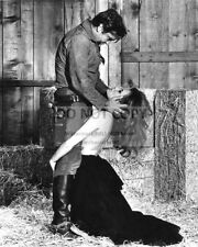 """ROD TAYLOR AND LUCIANA PALUZZI IN THE FILM """"CHUKA"""" - 8X10 PHOTO (AA-905)"""