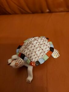 Porzellanfigur - Schildkröte - Hungary Handbemalt Hollóhaza Fischnetz.