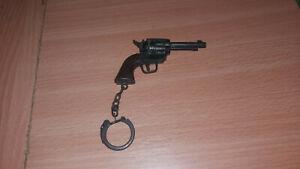 VINTAGE GUN PISTOL HANDGUN KEY CHAIN KEYRING 70s
