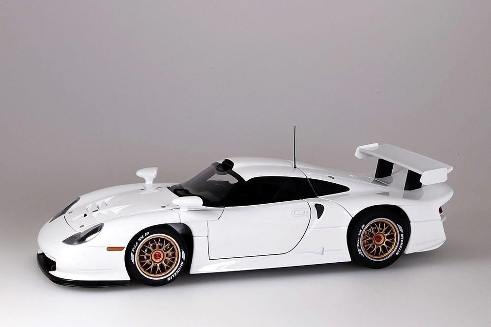 Porsche 911 GT1  1997  Plain Body Version weiss  Autoart 1 18 NEU OVP