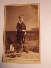 Berlin - stehender Junge in Kulisse mit Spielzeug-Boot Paddel Netz Tau / CDV