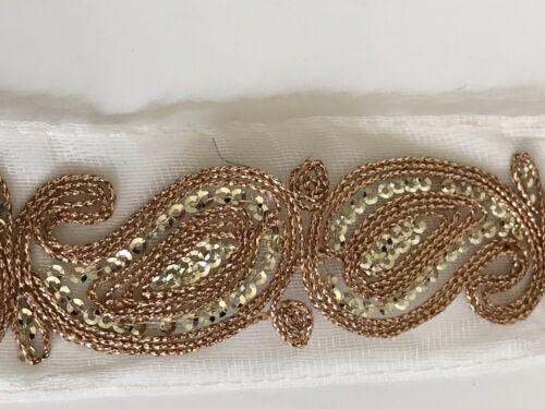Atractivo India Rosa Oro Paisley Bordado Blanco recorte en Net-Vendida Por Mtr