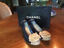 CHANEL NAVY BLUE LEATHER CORK CAMELLIA FLOWER GOLD CC LOGO PUMPS Sz 38.5/ 7.5