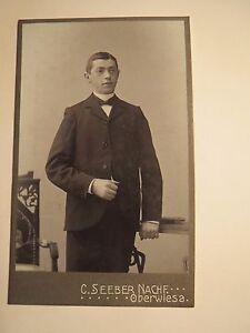Oberwiesa-stehender-junger-Mann-im-Anzug-Portrait-CDV