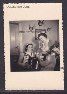 A8981-Foto-Zwei-Frauen-Musizieren-mit-Akkordeon-und-Mandoline-um-1950