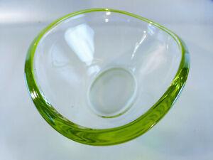 Huebsche-kleine-Schale-aus-Glas-klar-mit-gruenem-Rand